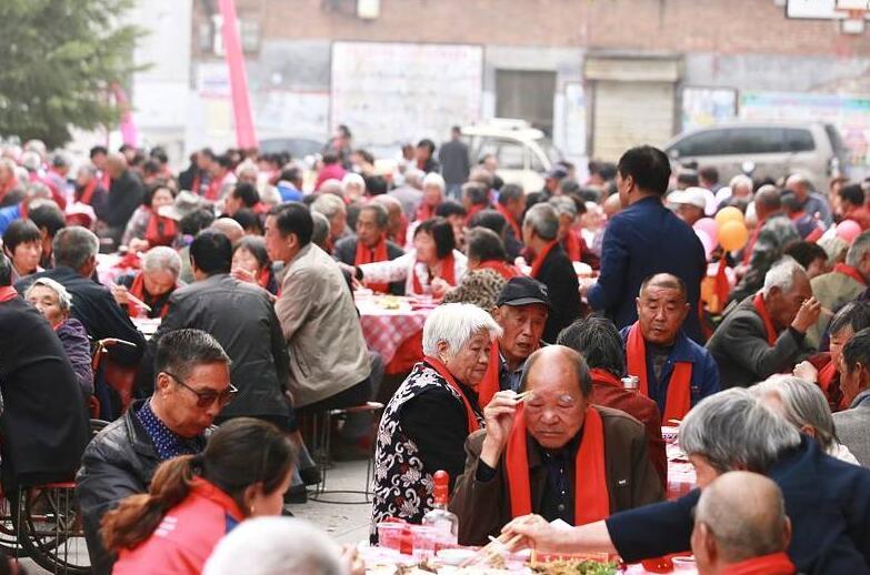 """数百老人齐聚一堂 同吃""""重阳宴"""""""