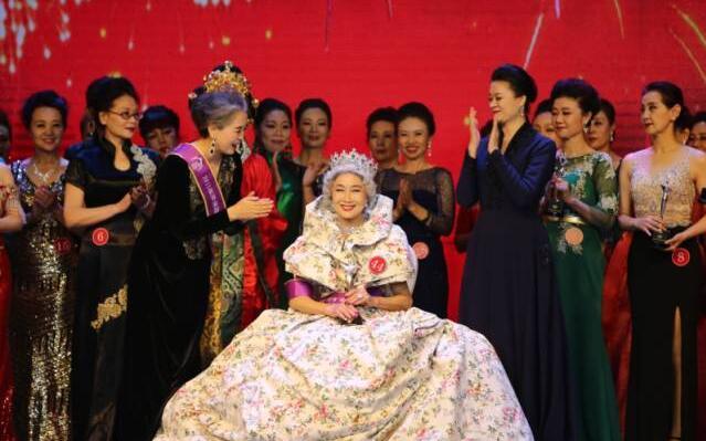 70岁中国旗袍奶奶,夺得选美冠军,惊艳纽约时装周!