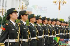 广东高校12名女生表演花式操枪 整齐有力如一人
